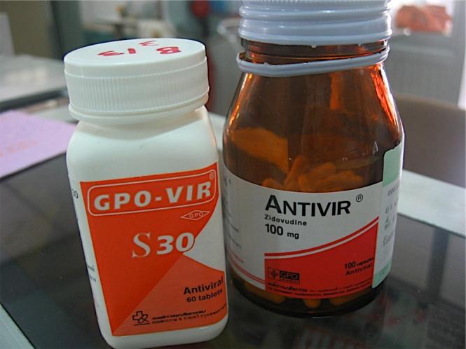 HAART — 30床強のなかで5人が30バーツ医療制度を利用して(2006/11から一部負担金も廃止)HAARTを受けていた。タイ政府が主導して生産するジェネリックのGPO-VIRはd4T(NRTI), 3TC(NRTI), NVP(NNRTI)の合剤で、一月一人1000バーツ(3000円)を割ったという。日本で同様のレジメンを処方すると、15万円強になる。